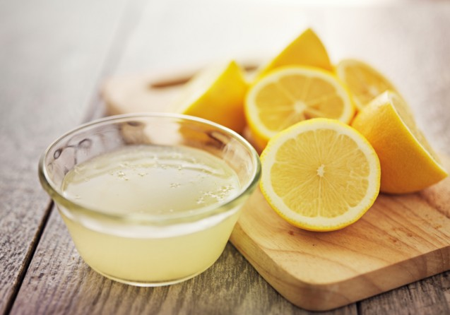 Minum air lemon