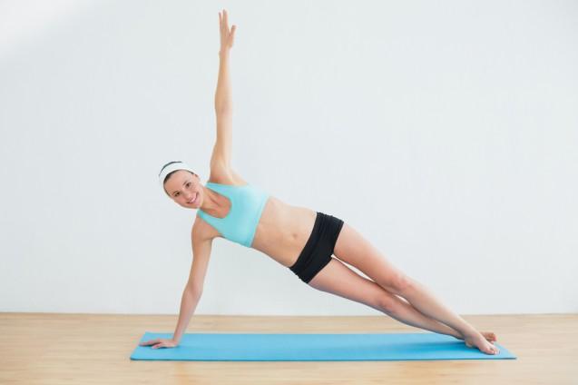 Cara mengencangkan lengan dengan side plank